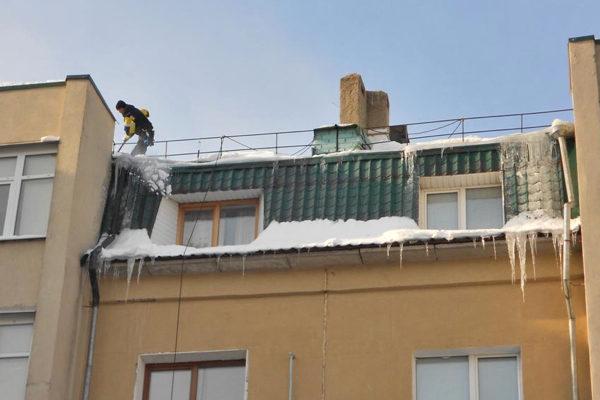 uborka-snega-s-krysh-1-3197506