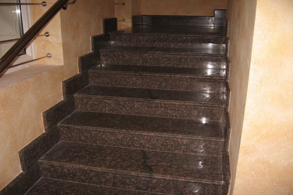 Гранитные ступени в доме